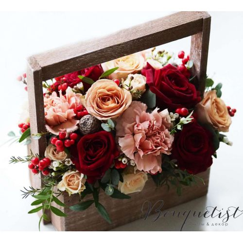 Купить на заказ Кофейно-бордовый букет роз и гвоздик в деревянном ящике с доставкой в Боровом