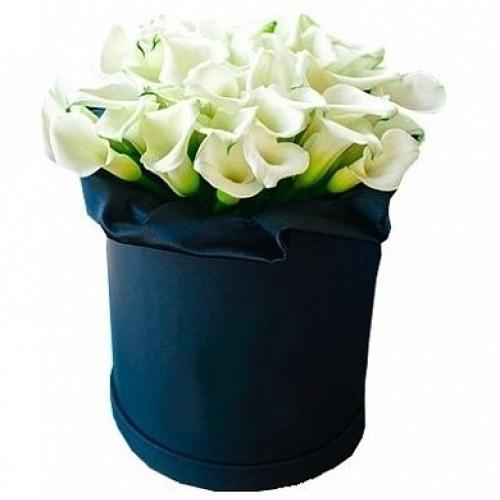 Купить на заказ Каллы в шляпной коробке (39 шт.) с доставкой в Боровом